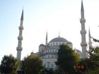 The front of the Sultan Ahmet Camii, as seen from the garden between it and the Hagia Sofia